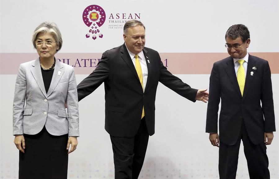 為了化解兩國糾紛,美國務卿蓬佩奧(中)與南韓外交部長康京和(左),及日本外相河野太郎舉行三方會談,但能未化解僵局,日韓外長甚至在會議結束時拒絕握手。(美聯社)