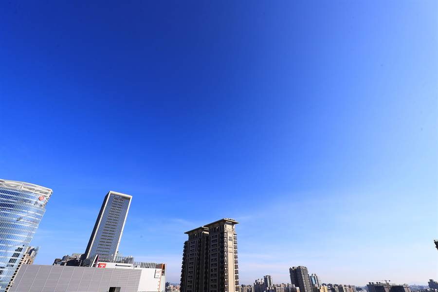 台中市長盧秀燕展開「藍天白雲行動計畫」,空氣品質好不好,抬頭看看天空就知道。(盧金足攝)