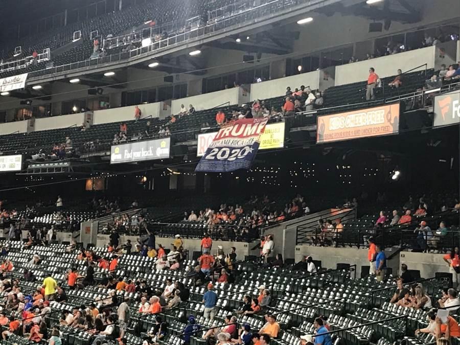 金鶯主場觀眾掛出「川普連任」的標語。(摘自推特@JonMeoli)