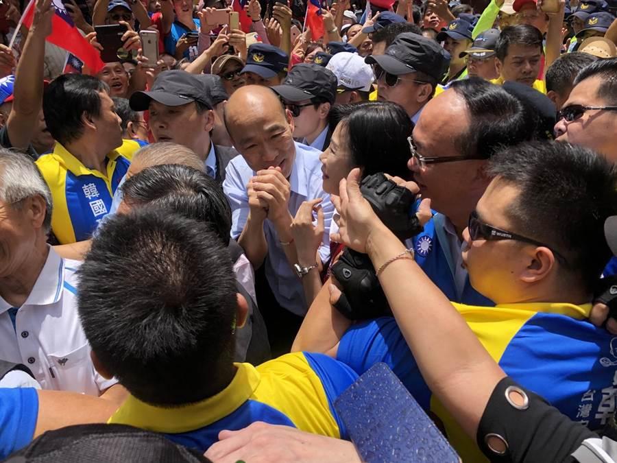 高雄市長韓國瑜桃園第二站來到桃園景福宮,受到支持群眾熱烈歡迎。(蔡依珍攝)