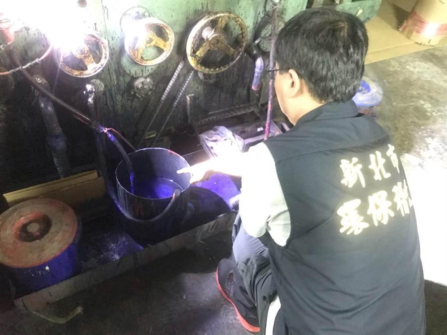 稽查員進入璟豐紙品有限公司場當場發現藍色廢液桶。(葉德正翻攝)