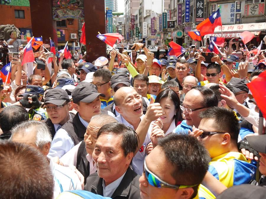 韓國瑜受到夾道歡迎,現場旗海飄揚。(蔡依珍攝)