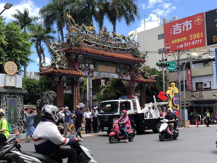 警方出動拖吊車維持交通。(蔡依珍攝)