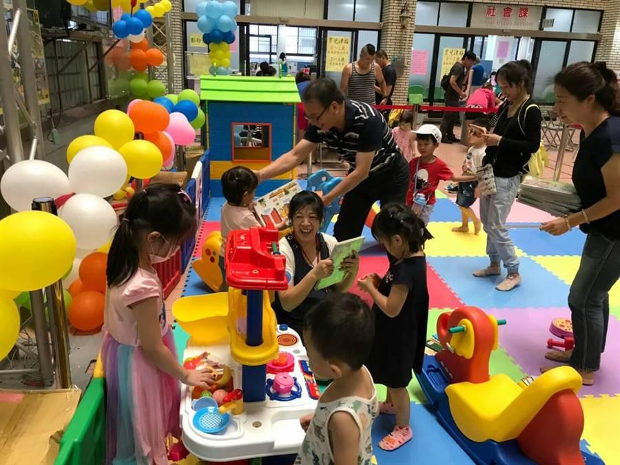 2至4歲育兒津貼從8月1日至9月30日止開始申請,新北市中和區公所首次提供「兒童遊憩區」。(葉書宏翻攝)