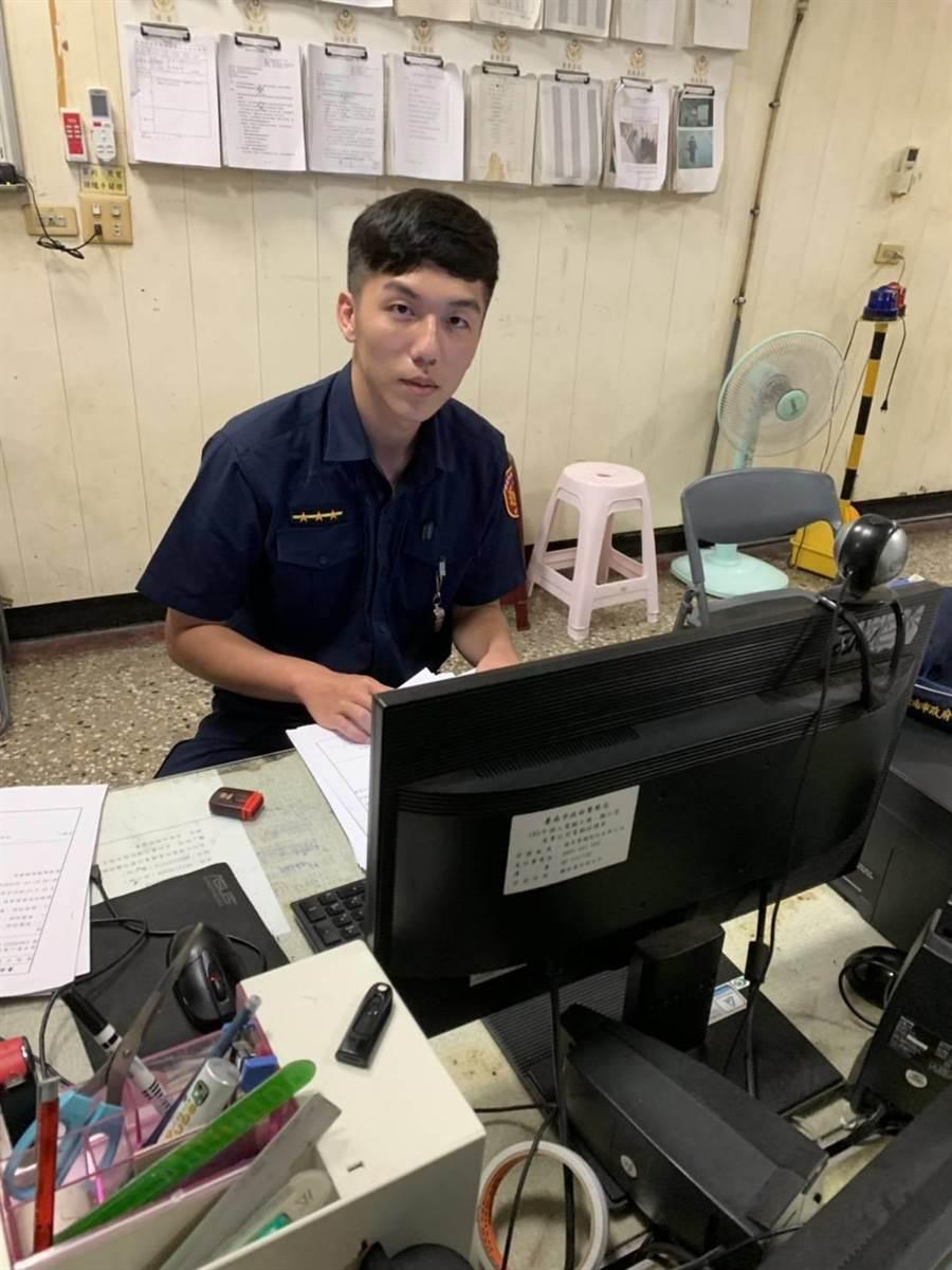 海南所警員劉奕廷調閱10幾支監視器,趕在楊姓死者頭七日尋獲家屬,讓他安心返家團圓。(程炳璋翻攝)