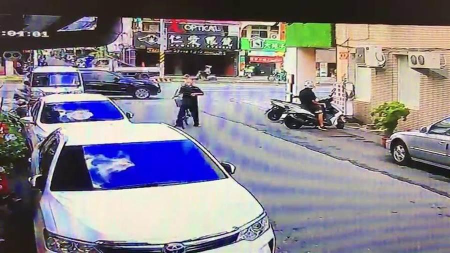 老翁生前騎單車返家的影像。(程炳璋翻攝)