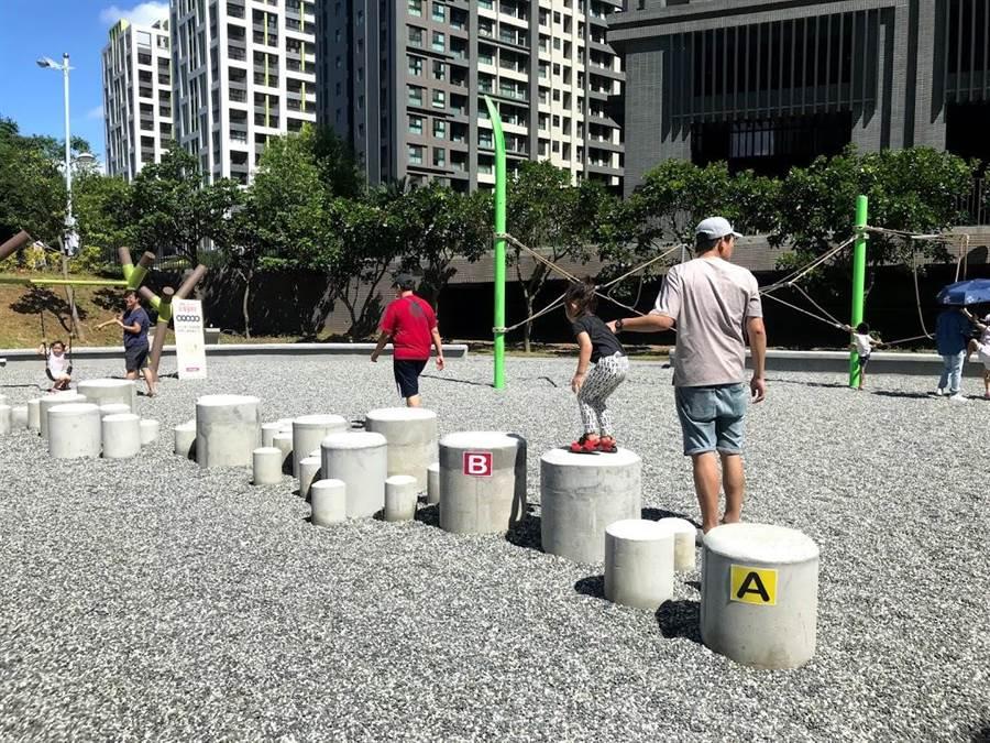 新竹縣竹東鎮的二重親子公園3日正式啟用,公園內有新竹縣首創的跑酷設施,不少家長帶著孩子前往體驗。(莊旻靜攝)