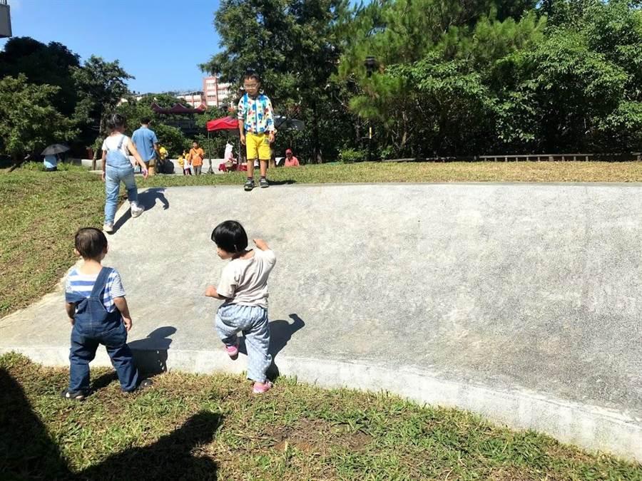 新竹縣竹東鎮的二重親子公園3日正式啟用,不少孩子搶先體驗玩溜滑梯。(莊旻靜攝)