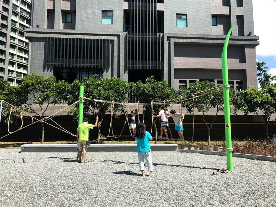 新竹縣竹東鎮的二重親子公園3日正式啟用,公園內有不少適合孩童遊園的設施。(莊旻靜攝)