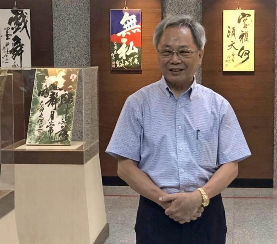 來自台灣彰化縣,將書法與繪畫融為一體的名家何正一,在金門尚義機場航站大廳開展。(金門航空站提供)