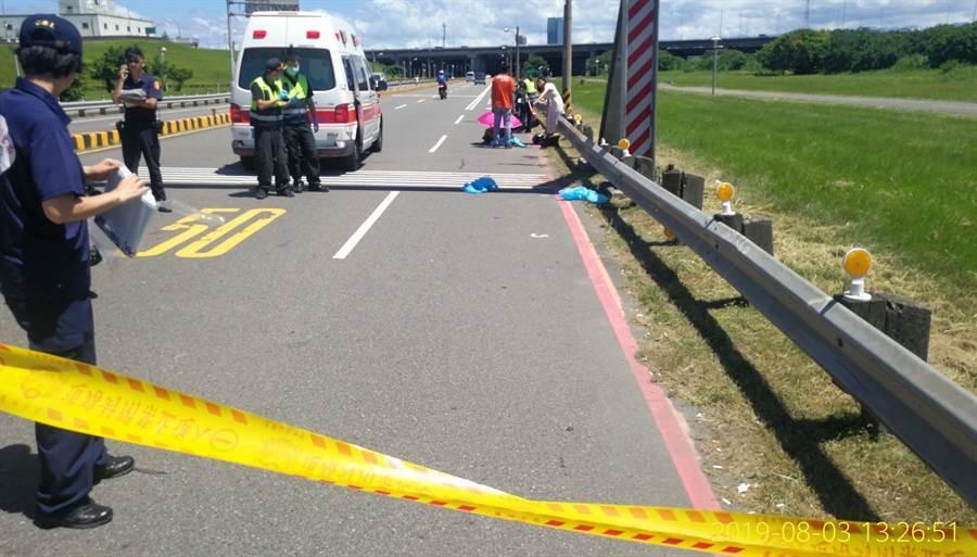 警方在事故現場拉起封鎖線。(譚宇哲翻攝)