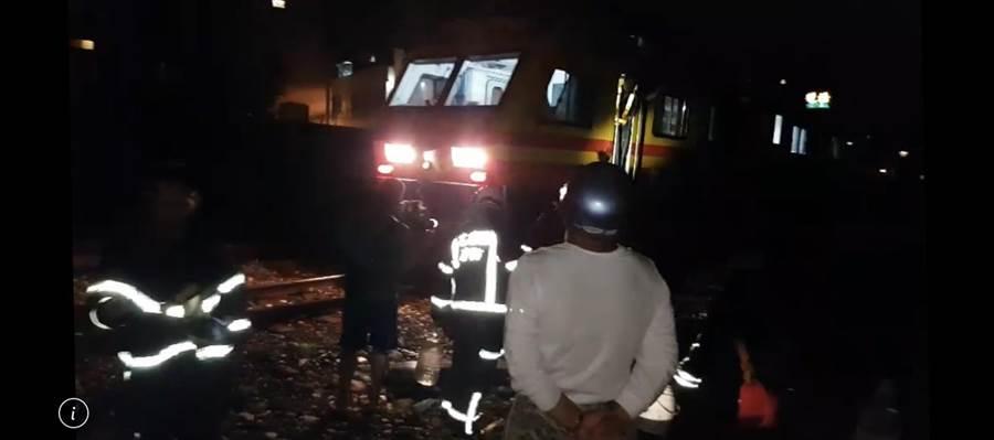 花蓮鐵道旁枕木起火,當時還有列車經過。(翻攝畫面)