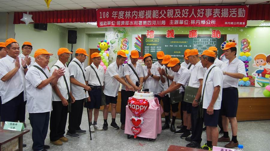 雲林縣林內鄉公所慶祝父親節,讓爸爸穿制服上課,重溫小學最甜蜜的回憶,並一起切蛋糕。(許素惠攝)