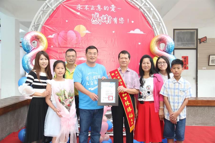 雲林縣斗六市長林聖爵(左四)表揚模範父親。(許素惠攝)
