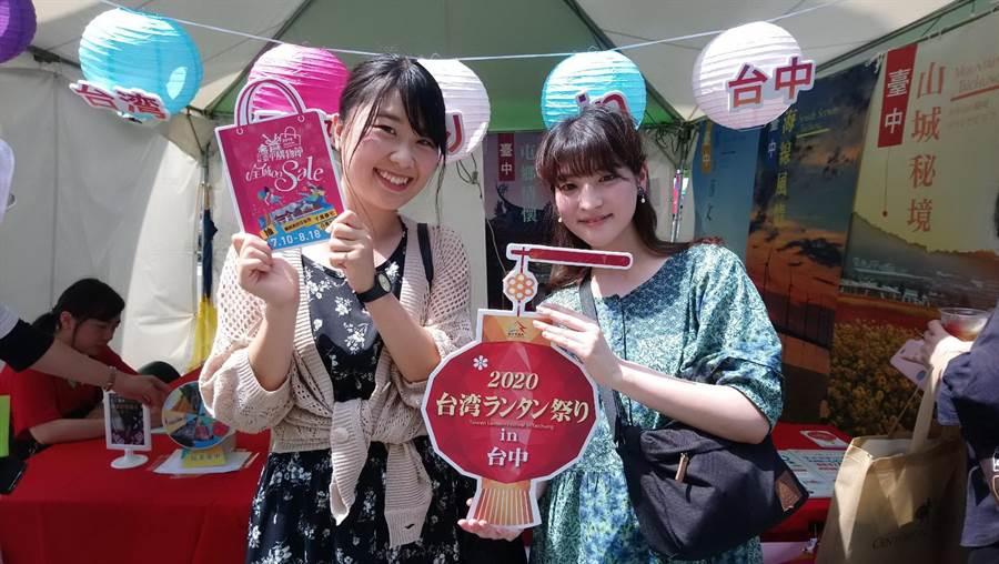 日本民眾得知台中購物節獎項豐富,還有千萬豪宅大獎,欣喜的說要提前規畫假期到台中購物試手氣。(圖/台中市府提供)