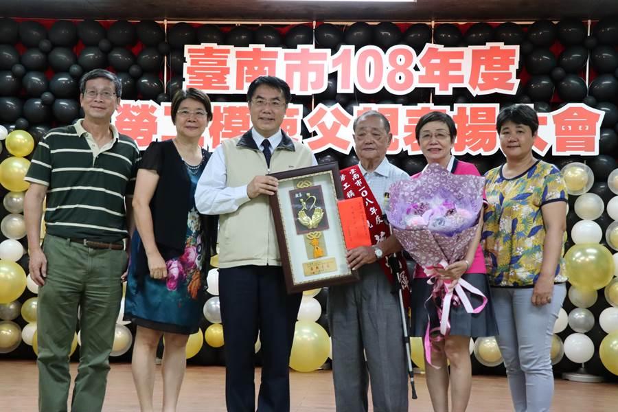 今年的獲獎者,年紀最大的是87歲蔡炳輝(右3)。(劉秀芬攝)