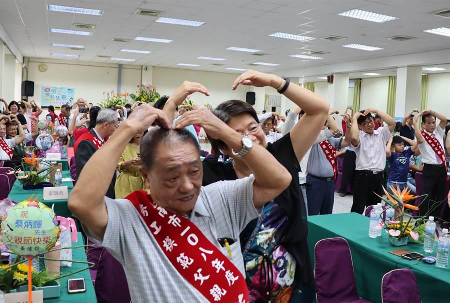 勞工局表揚大會溫馨熱鬧,得獎者與家人一起隨音樂律動。(劉秀芬攝)