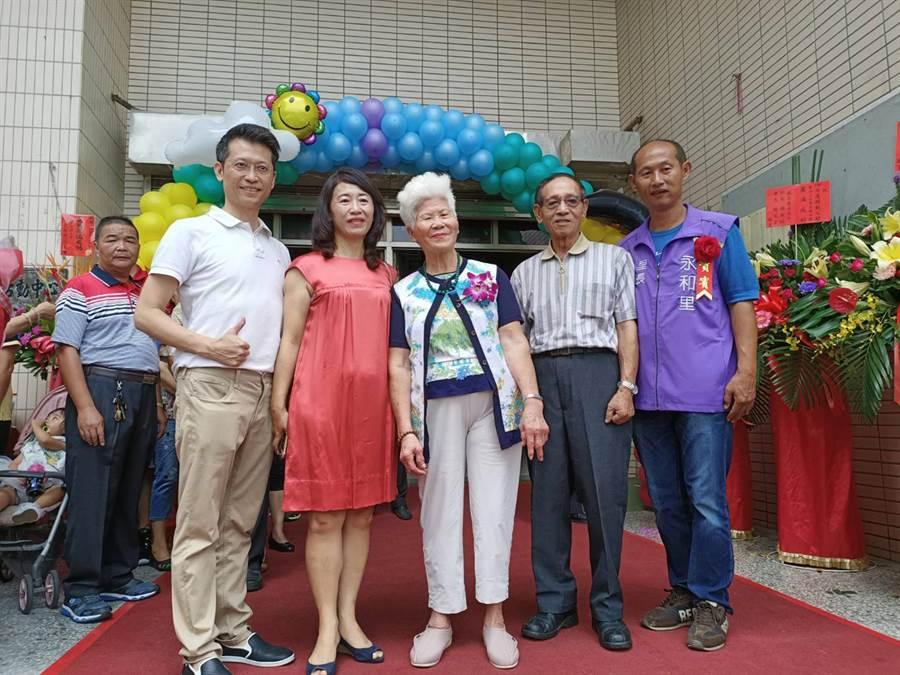 廖林富美(右三)今日與家人一同參加模範父親暨好人好事大會。(張毓翎攝)