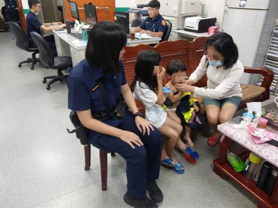2歲黃姓男童偷溜出門,新北市中和警分局景安派出所警員協助母子團圓。(葉書宏翻攝)