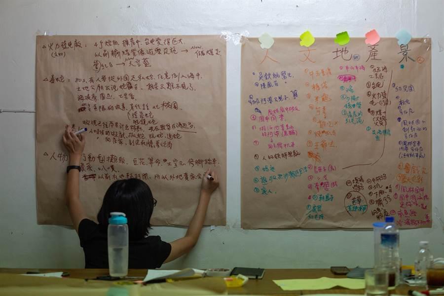 在系統性歸納整理之下,屬於大林蒲的文史記憶雛形誕生,成員將藉此深化討論、規劃後續行動。(袁庭堯攝)