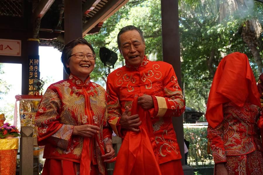 結縭40年夫妻檔許下再愛的誓言,現場感動萬分。(葉書宏翻攝)