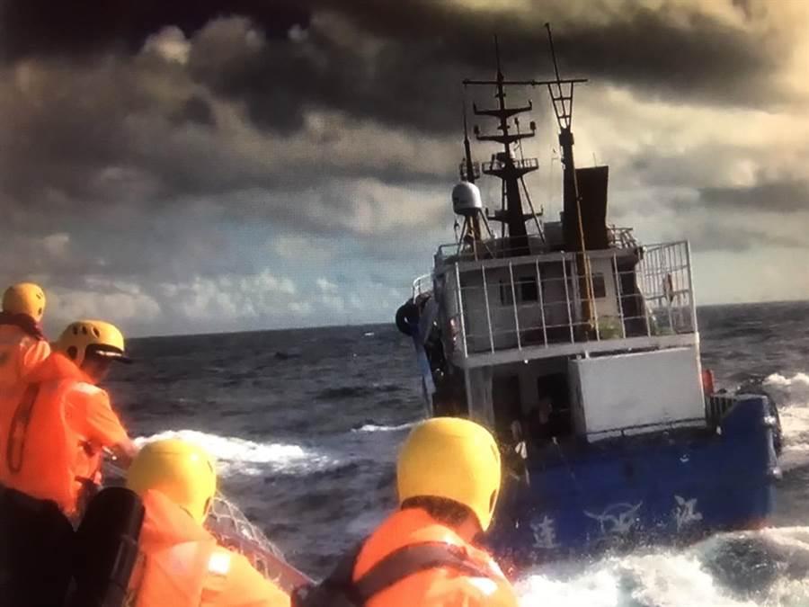 大陸籍漁船3日清晨在台中港外36浬處,從事不法越界捕魚。(陳淑娥翻攝)