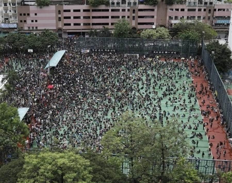 晏架街足球場約有千人聚集。(圖/翻攝自東網)