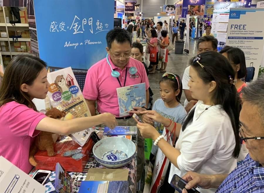 金門代表團的「博餅」體驗,受到旅星華人的歡迎。(縣府提供)
