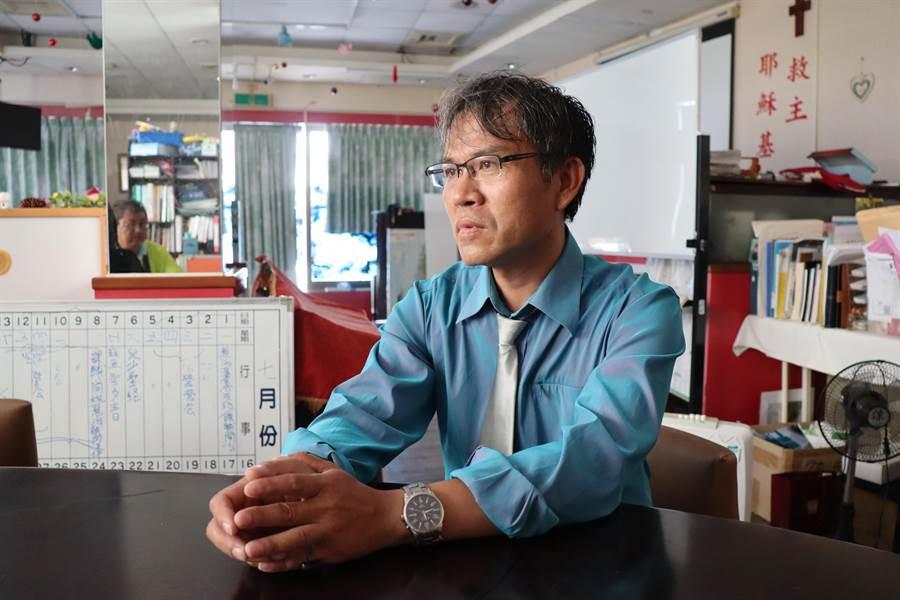 黃耀隆獲選今年麻豆區自強爸爸。(劉秀芬攝)