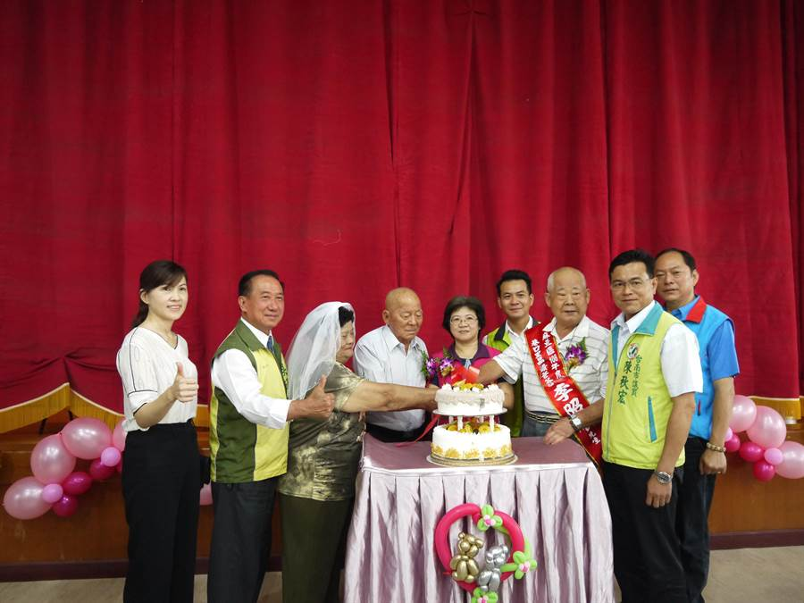 台南市麻豆區公所3日於公所舉辦「慶祝父親節暨鑽石婚楷模表揚大會」,表揚20位晶鑽爸爸、1位自強爸爸、12對鑽石婚楷模。(麻豆區公所提供)