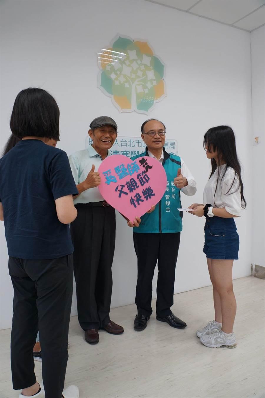牙醫師奚臺陽今年新加入台北市教育局認助清寒學生基金會行列。父親節前夕,基金會安排他與認助學生相見歡,學生還親手準備了卡片送給他。(張潼攝)