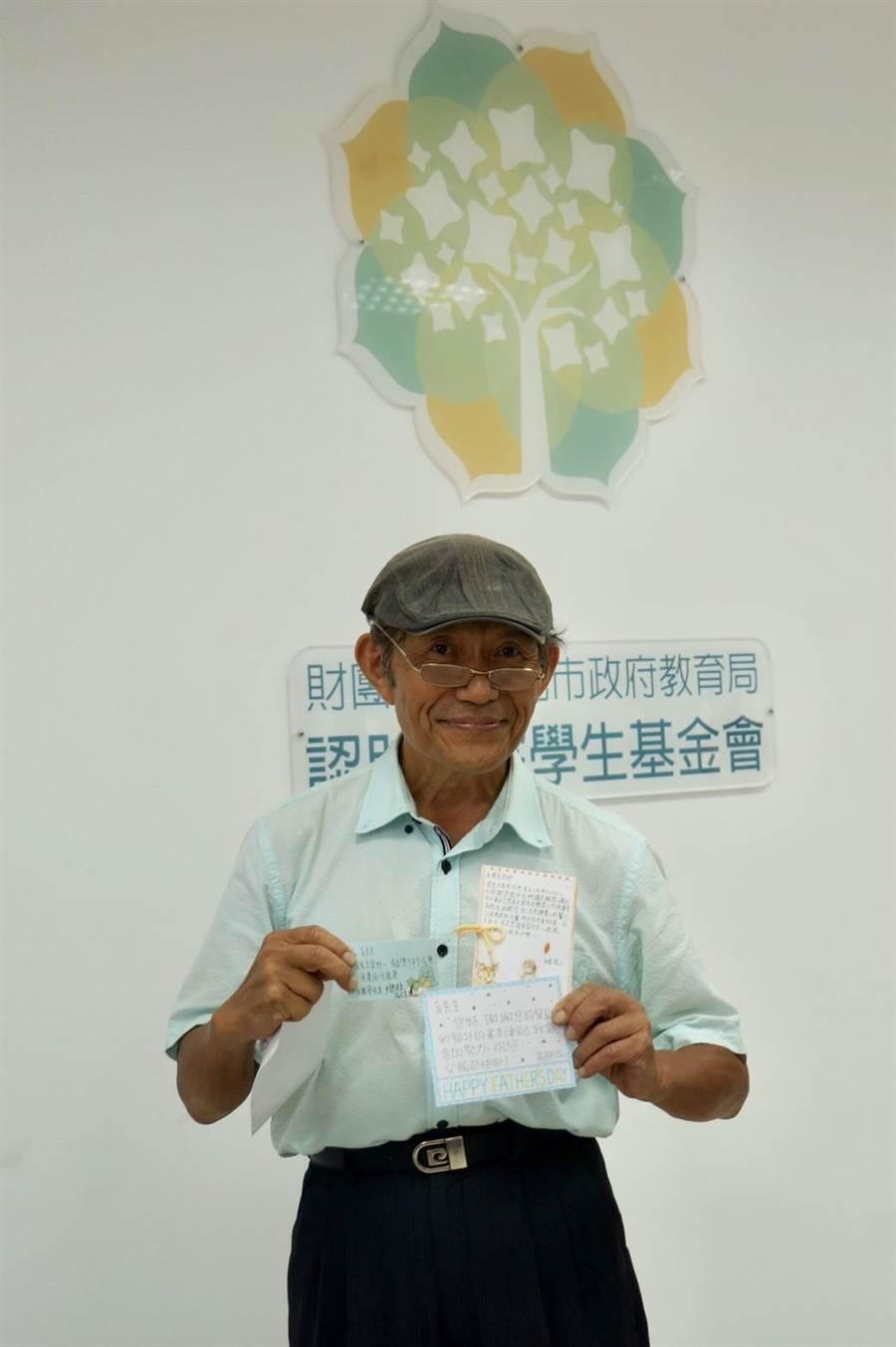 牙醫師奚臺陽認助了5位國高中學生的學費,每月還額外提供「買書津貼」。(張潼攝)