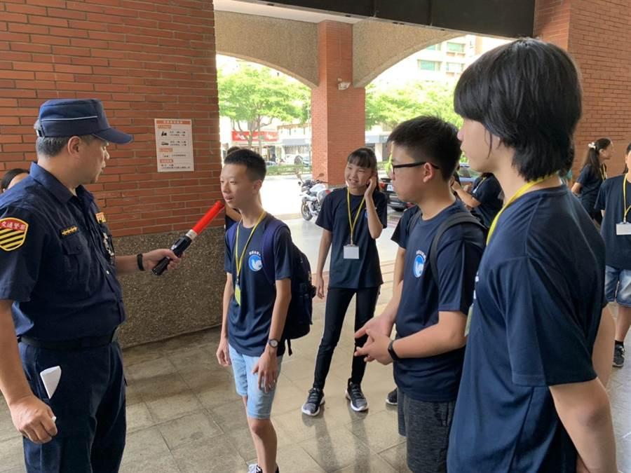 200名學生3、4日參與新竹縣波麗士體驗營,了解警察工作內容。(警方提供)
