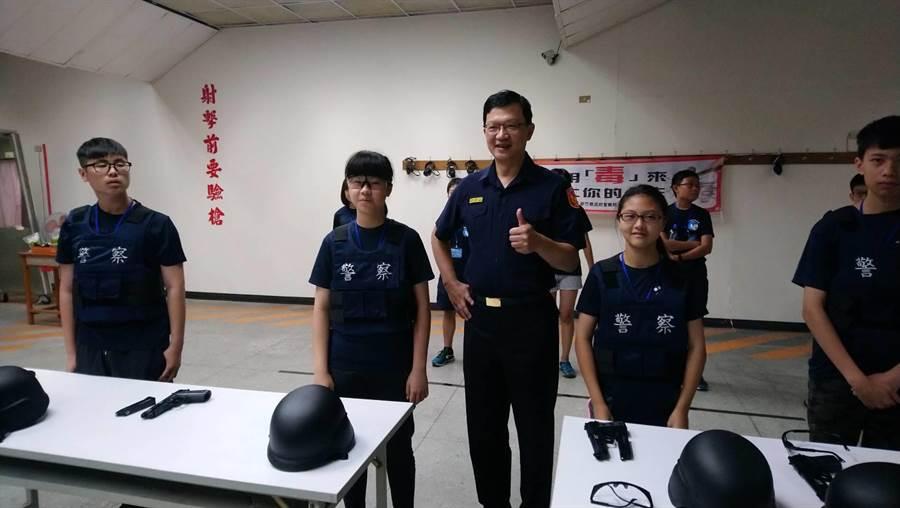 200名學生3、4日參與新竹縣波麗士體驗營,了解警察工作內容,實際穿上防彈背心體驗。(警方提供)