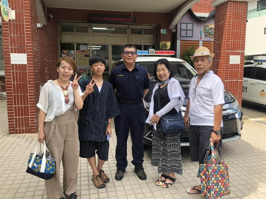 安平所員警陳榮振(中)與日本中家先生(右1)一家人合影。(程炳璋攝)