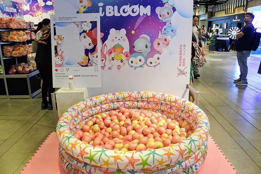 超人氣商品軟軟紓壓玩具變身IG網美打卡景點「桃子池」。