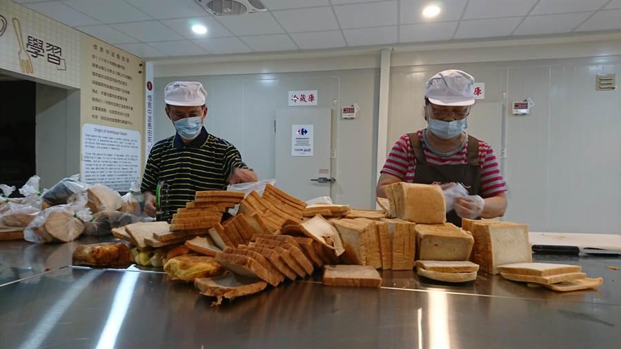 方荷生的里民,每天來整理下架麵包與其他食物、食材。( 廖德修攝)