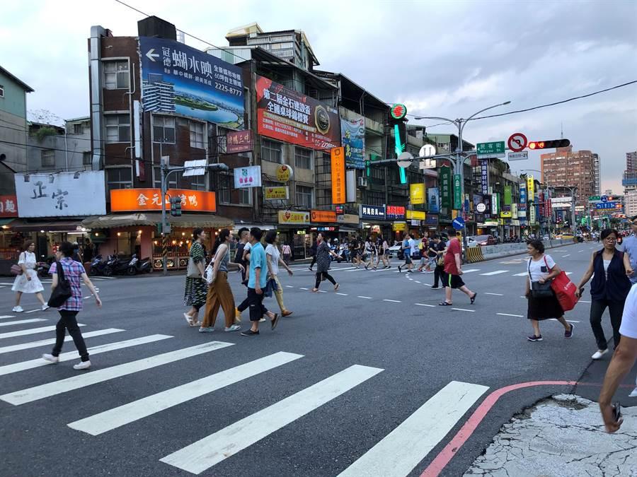 新北市交通局自7月20 日起於周休假日試辦上午11時至下午7時行人專用通行時間。(葉書宏翻攝)