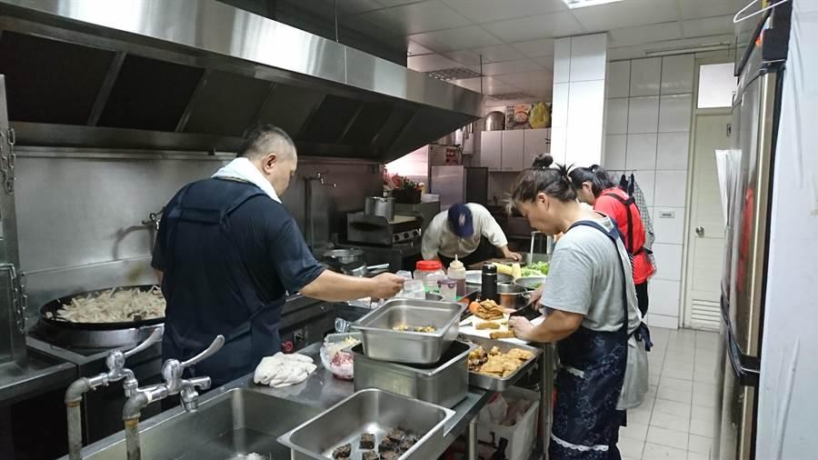 「樂活園地」的幸福廚房每天供應250人份的午晚餐。(廖德修攝)