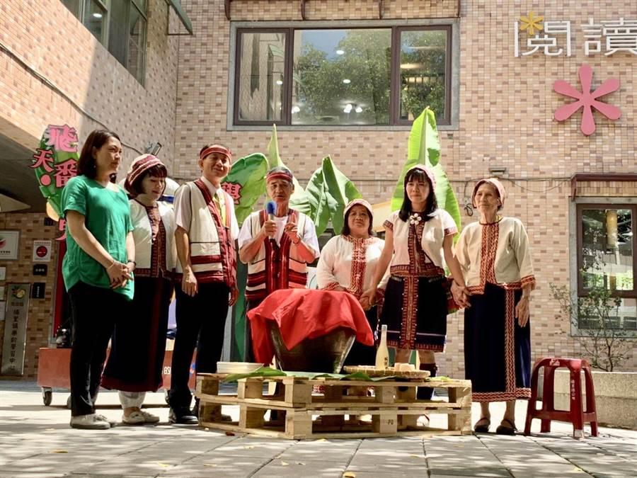 埔里鎮長廖志城(左三)主持魔法學校開學,並請平埔族長老祈福。(廖志晃攝)