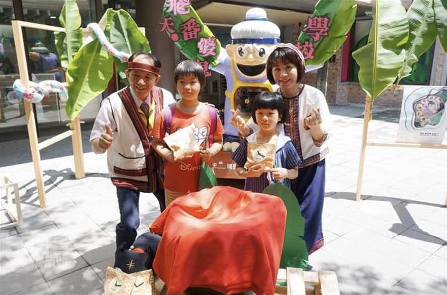 埔里鎮長廖志城夫婦,希望埔里的孩子們,變出更多藝術文化創意。(廖志晃攝)