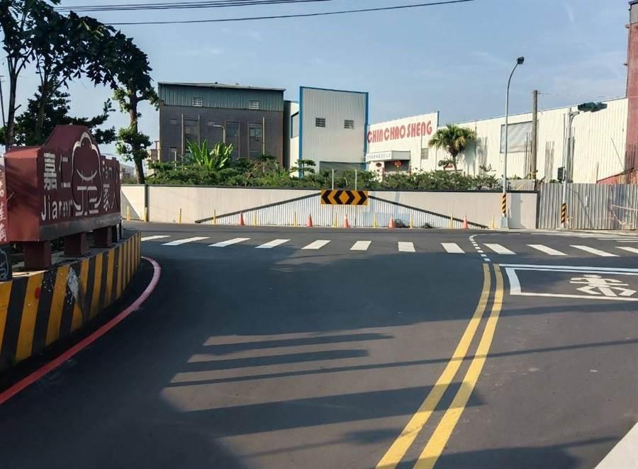 避免用路人不慎誤駛撞牆,潭子區「馬路牆」已改為白色。(陳淑娥攝)