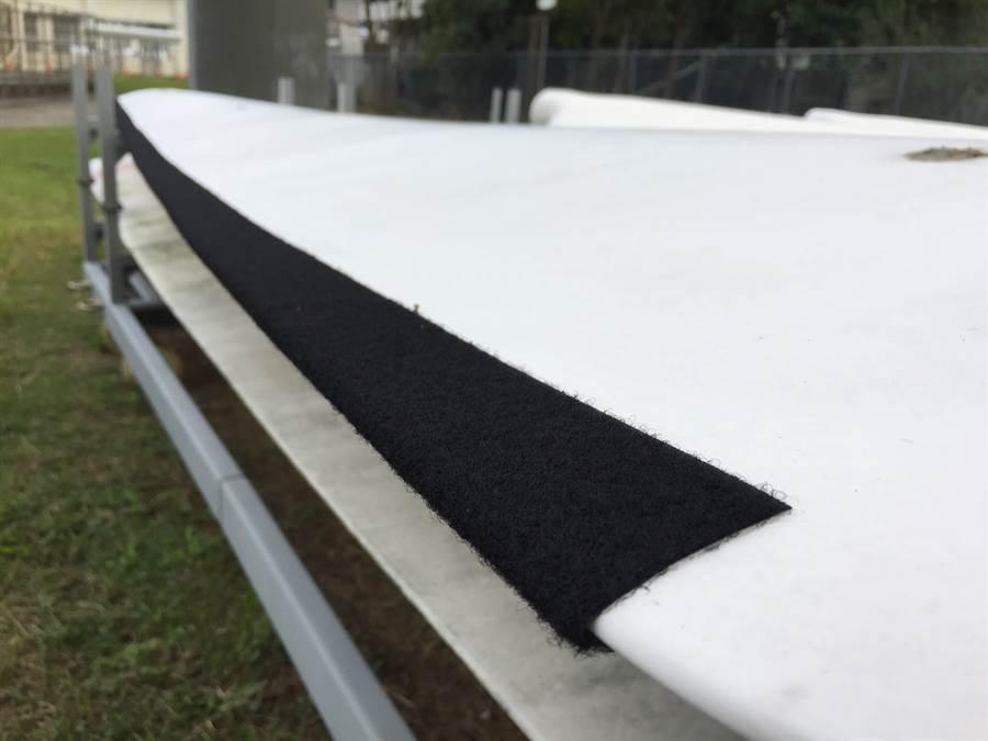核研所研究發現,彷貓頭鷹羽毛構造,在風機葉片貼絨布可降低噪音。 (圖/原能會提供)