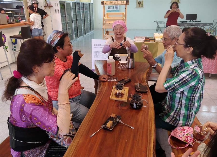 「阿嬤咖啡館」頭髮花白的阿嬤包著頭巾,精神奕奕的沖泡咖啡招呼客人。(林雅惠翻攝)