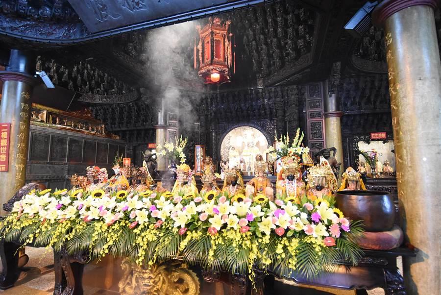 12家參與宮廟的媽祖神尊齊聚王功福海宮正殿,十分莊嚴。(謝瓊雲攝)