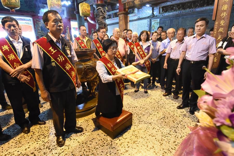 彰化縣長王惠美親自到場參與擲盧擲、求好日活動,虔誠上香祝禱。(謝瓊雲攝)