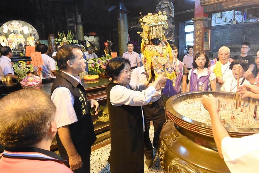 彰化縣長王惠美下午親自出席參與在王功福海宮舉辦的擲爐主活動。(謝瓊雲攝)