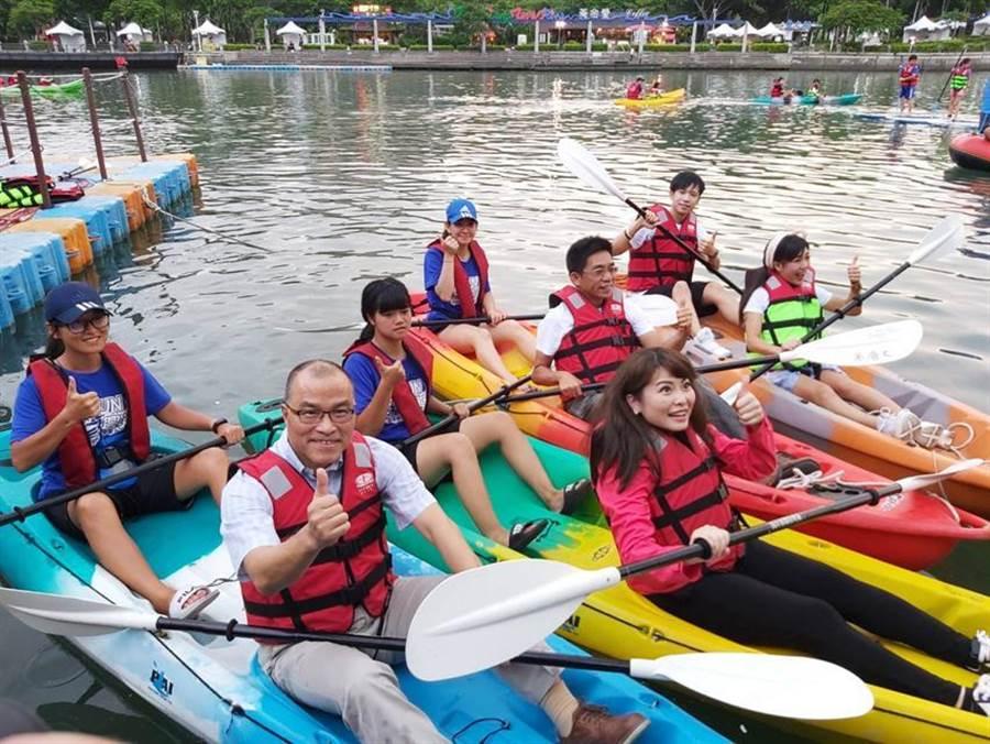 高雄副市長葉匡時(左前)和與會情侶們,一起體驗在愛河划行獨木舟的樂趣,宣告「愛河水漾嘉年華」系列活動正式開跑。(圖/高雄觀光局提供)
