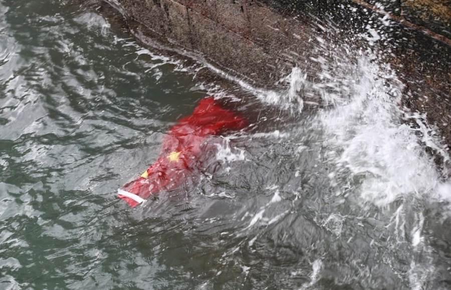 香港旺角再遊行3日下午舉行,散場後有示威者將尖沙咀碼頭的旗桿上的五星旗拆下丟到水中。(取自香港01)