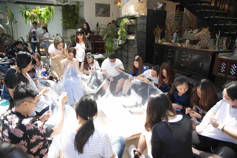 劉品言與20位粉絲一起縫製婚禮頭紗。(齊石傳播提供)